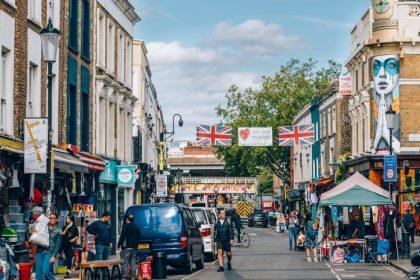 αίρει τα περιοριστικά μέτρα η Βρετανία, αγορά σε δρόμο του Λονδίνου