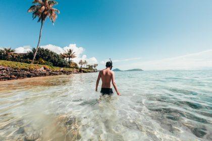 κολύμπι στην θάλασσα οφέλη άνδρας κολυμπάει στην θάλασσα