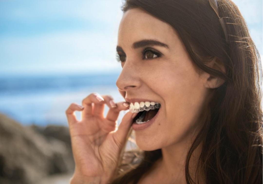γυναίκα με ίσια δόντια βγάζει τον νάρθηκα