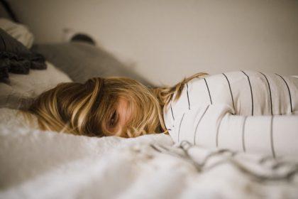 χρόνια αϋπνία κοπέλα κοιμάται στο κρεββάτι