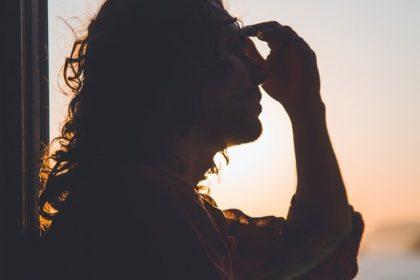 αλλεργίες ημικρανίες γυναίκα πιάνει το κεφάλι της που πονάει