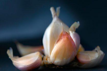 κριθαράκι στο μάτι σκόρδο σκελίδες σκόρδου