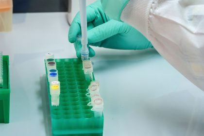 ερευνητής εξετάζειΠολυδύναμα εμβόλια για τον κορονοϊο
