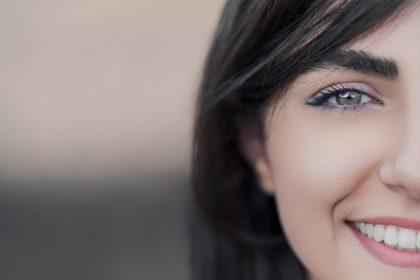 λεκέδες στα δόντια κοπέλα χαμογελάει