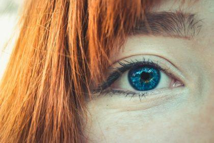 φαγούρα στα μάτια κοπέλα με μπλε μάτια και κόκκινα μαλλιά