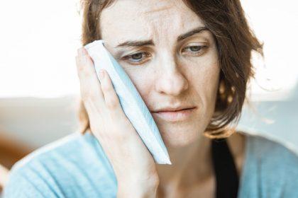 πόνος στο αυτί από κρύωμα γυναίκα πονάει το αυτί της