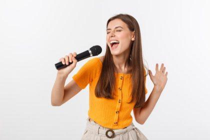 τραγούδι - κοριτσι τραγουδάει