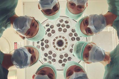 Πάνω από 100.000 επαγγελματίες υγείας πέθαναν από Covid-19